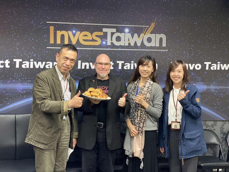 Wiiliam, Iris and Ivy from InvesTaiwan enjoyed the cinnamon buns from Keego